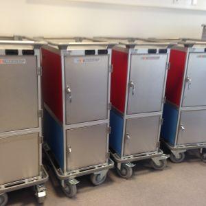 I de här lådorna transporteras maten till andra platser.