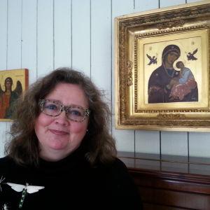 en kvinna vid ett piano med ikoner