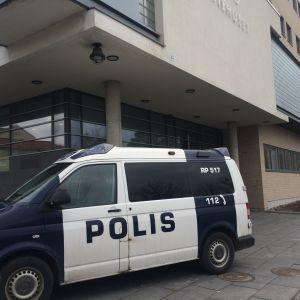 Polisbil parkerad utanför Österbottens tingsrätt