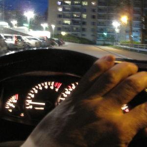 Yöllinen kuva autolla ajosta.