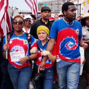 kansalaisaktivistit marssivat Alabamassa Selma-Montgomery 50-vuotisjuhlamarssilla