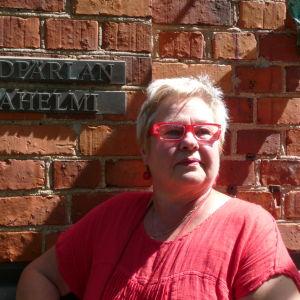 Lili-Ann Junell-Kousa på besök utanför sitt barndomshem i Dragsvik