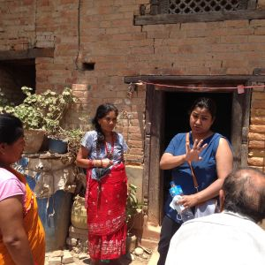 Prabita Shestra ASF Nepalista keskustelee paikallisten kanssa