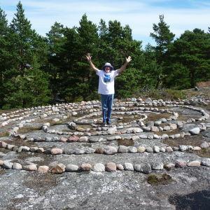 Janne Gröning uppe på sitt berg och inne i sin spiral i Keistiö i Iniö