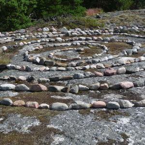 Stenar på ett berg. Stenarna bildar en spiral.