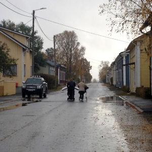 Asylsökande på en av Kaskös gator en regnig höstdag.