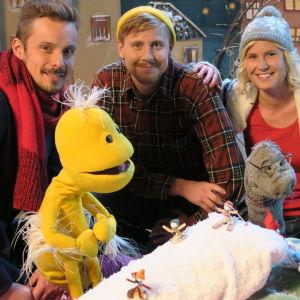 BUU-klubbsledarna Staffan, Eva och Jontti tillsammans med Vimmel och Sockan från årets julkalender.