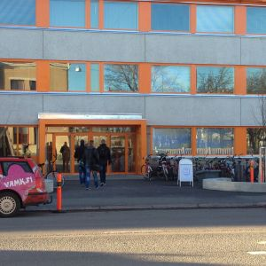 Studerande på väg in genom huvudingången till Vasa yrkeshögskola.