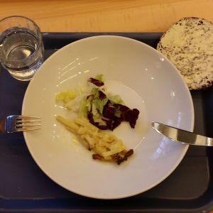 4-luokkalaisen tytön lounasannos: ripsu broilerikiusausta ja salaattia sekä vesilasi ja leipä