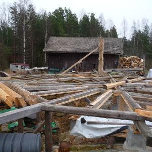 grunden till en blivande, cirkelformad paviljong, byggd av stock