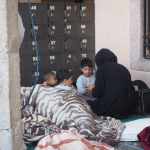 Syriska flyktingfamiljer övernattar utomhus i Izmir i Turkiet