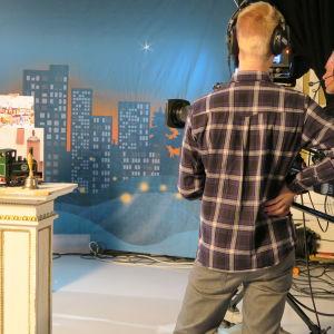 Eva Fyrqvist filmas under inspelningen av BUU-klubbens julkalender.