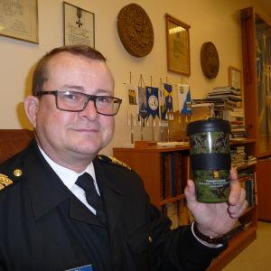 Brigadkommendör Kjell Törner (nylands brigad) visar upp en kamouflage-färgad termosmugg