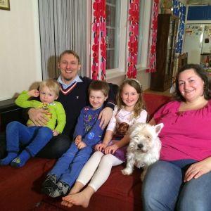 Familjen Fraboni-Kraufvelin. Från vänster Eric, pappa Jan, Alexander, Soraya, hunden Idefix och mamma Paola.