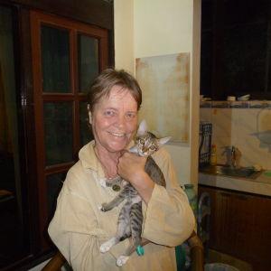 Cia Lönnström i sitt utekök i Sanur, Bali. Hittekatten Valentina i famnen