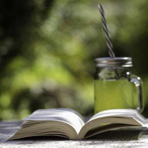 kesäkirja lukeminen loma pokkari