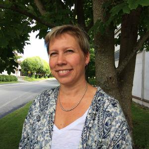 Nina Stubb framför en lönn (utomhus).