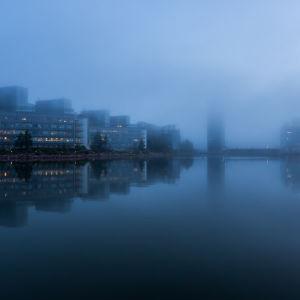 Microsoftin ja Fortumin rakennuksen Espoon Keilaniemessä sumuisena aamuna ennen auringon nousua.