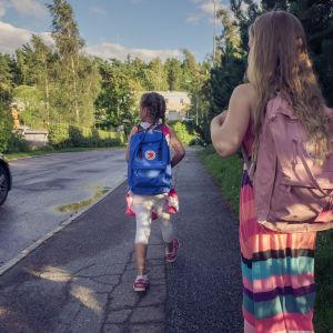 koululaiset matkalla kouluun.
