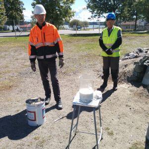 Kurt Lundqvist förevisar hur bränd kalksten reagerar med vatten.