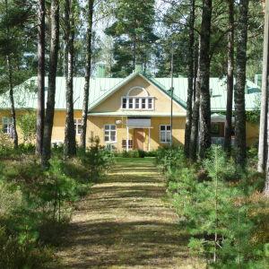Fasaden på framsidan av Bromarfhemmet, sett från landsvägen. äldreboendet i Bromarv.
