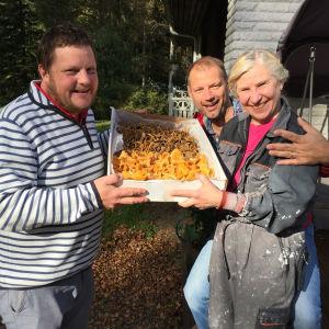 Karita Byholm bjöd ut kantareller, så det blev svamp till lunch med blomkålskräm och ängssyra.