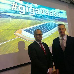 Vasas stadsdirektör Tomas Häyry och Toni Laturi.