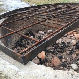 Utegrill av betongring och järngaller