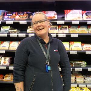 Carolina Kallström står framför en butikshylla med färdigmat.