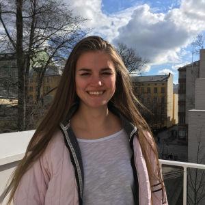 Mette Bergh står på soc&koms tak.