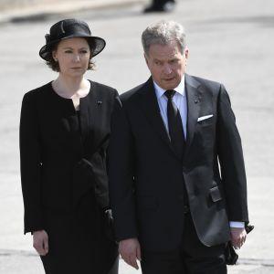 President Sauli Niinistö och Jenni Haukio anländer till Mauno Koivistos jordfästning i Helsingfors domkyrka den 25 maj 2017.