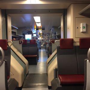Tågbänkar och en gång.
