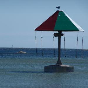 en karusell ute på vatten. Finns i i Hangö vid Plagens badstrand