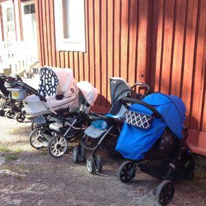 Barnvagnar utanför ett familjecafé.