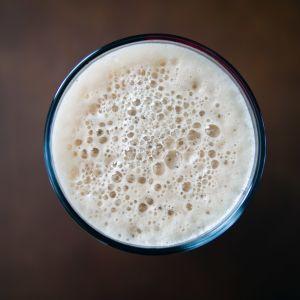 vaahdotettua maitoa lasissa