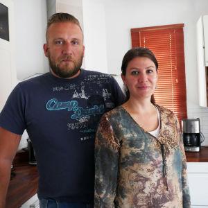 Conny Carlssson och Celinda Byskata i köket.