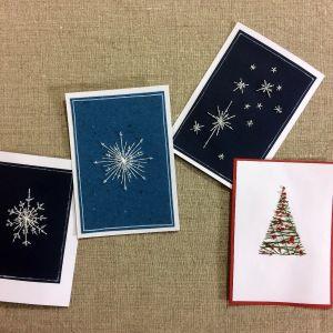 Neljä erilaista käsinommeltuja kortteja