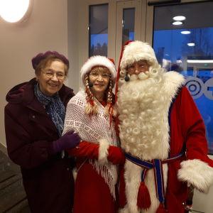 vanha nainen joulupukin ja muorin kanssa