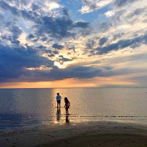 Kaksi lasta kahlaamassa meressä Kalajoen hiekkasärkillä.