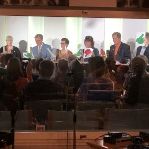 Åtta partiledare visar upp mest gröna kort i utfrågning i Ålands radios studi