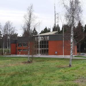 En röd byggnad som är en brandstation i Ingå.