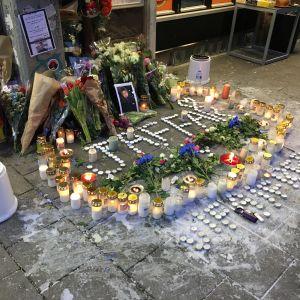 Ljus och rosor framför pizzerian där 15-åringen dog.