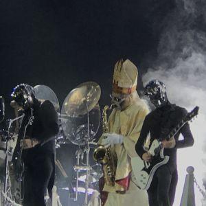 Saxofonspelande påven och två nameless ghouls på Ghosts gig 28.11.2019.