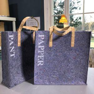 Två väskor för återvinning av pantflaskor och papper