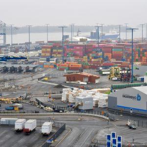 Merikontteja Helsingin satamassa Vuosaaressa.