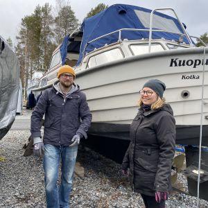 Sami Mukkala ja Mari Piipponen seisovat veneensä edessä.