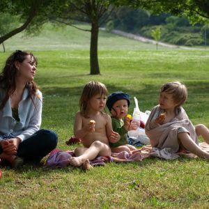 Olli Soinin perhe istuu puistonurmella: kuvassa Anni Paunila ja heidän lapsensa Airi, Oiva ja Aarni.