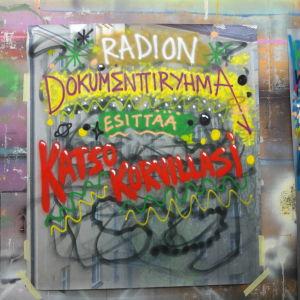 """Värikäs graffiti, jossa lukee """"Radion dokumenttiryhmä esittää katso korvillasi"""""""