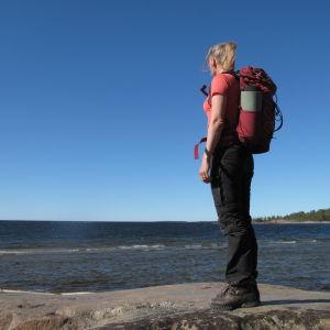 Camilla Sandström vid stranden i Fäboda.