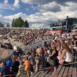 Publik på Sotkamos baseballstadion under coronarestriktionerna.